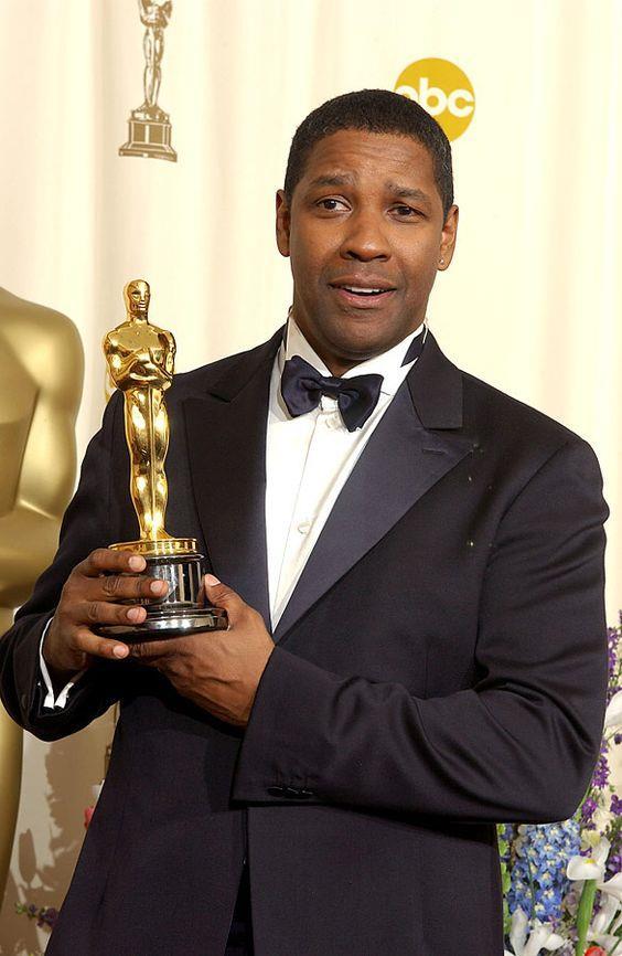 Denzel Washington stringe in mano la propria statuetta