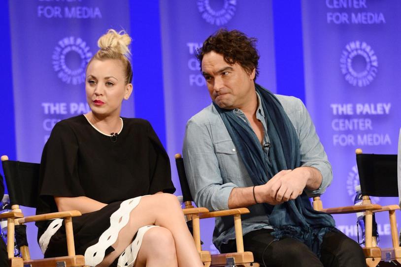 Kaley Cuoco e Johnny Galecki durante un'intervista televisiva