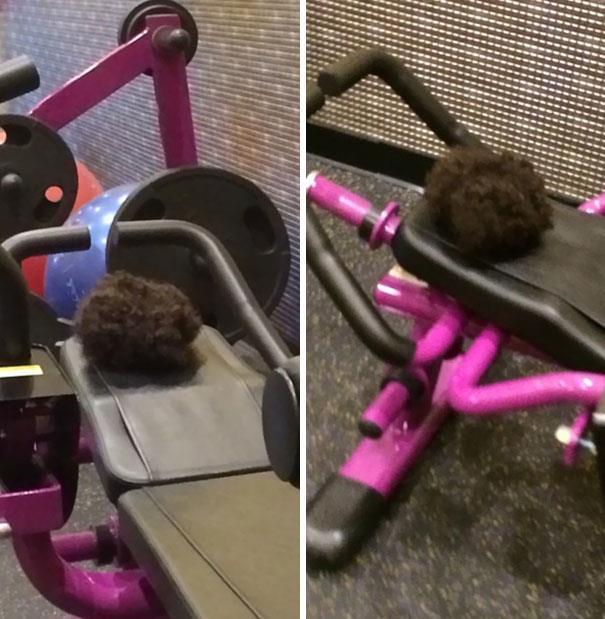 In palestra: parrucchino lasciato su una macchinario