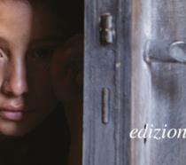 Lila che spia dalla porta