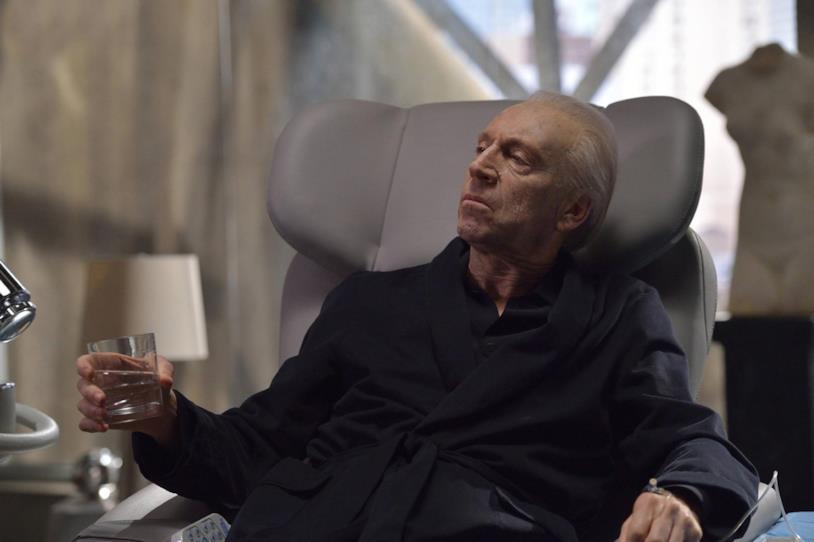 Il miliardario Eldritch Palmer è interpretato da Jonathan Hyde