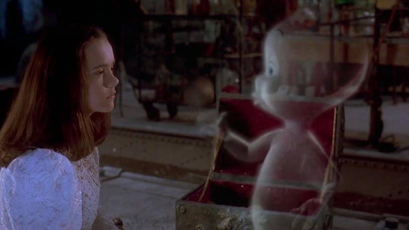 Casper e Christina Ricci parlano in una stanza della loro casa