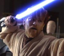 Ewan McGregor nei panni di Obi-Wan Kenobi, che brandisce una spada laser di colore blu