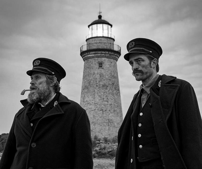 Willem Dafoe e Robert Pattinson in una scena del film The Lighthouse