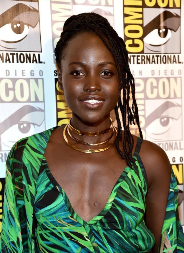 Lupita Nyong'o indossa un abito verde e un collare dorato al photocall del panel di Black Panther