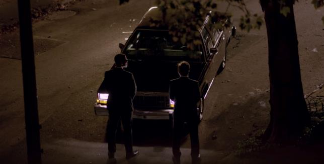 Nella notte, due agenti dei Men in Black davanti una auto