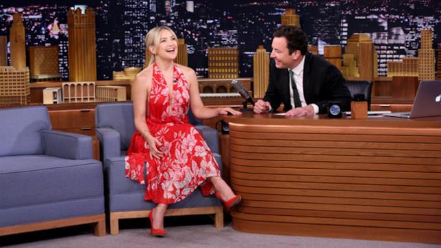Kate Hudson e Jimmy Fallon al The Tonight Show