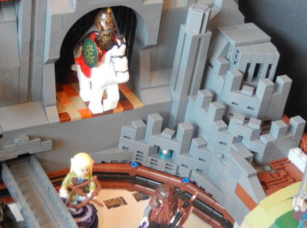 Tre personaggi della saga Il Signore degli Anelli in formato omini LEGO presenti nel pinball