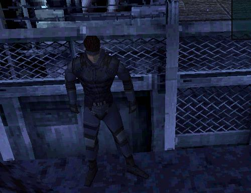 Solid Snake attende con le spalle al muro di agire