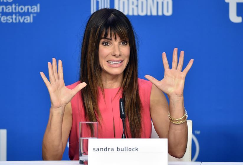 Sandra Bullock fotografata durante una conferenza stampa