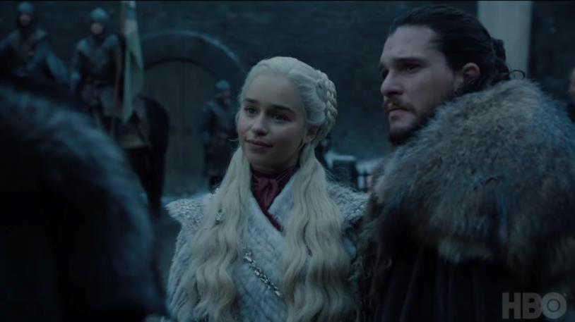 Emilia Clarke e Kit Harington in scena in Game of Thrones 8