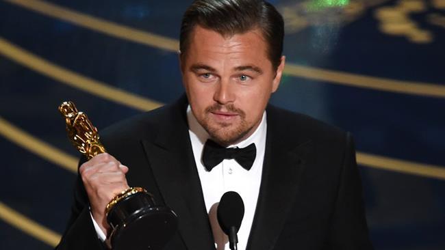 Leonardo DiCaprio con l'Oscar vinto per The Revenant