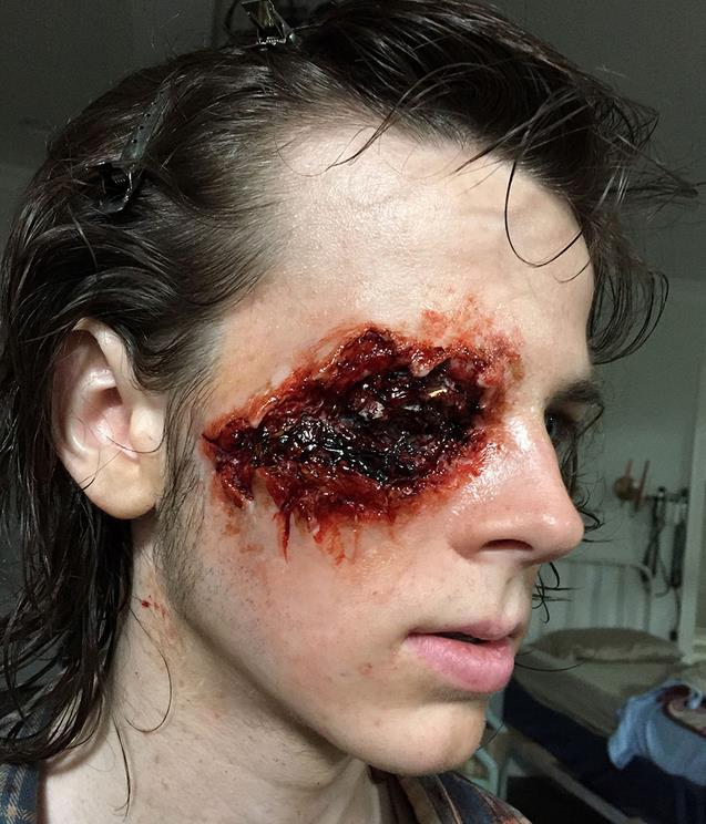 Chandler Riggs (Carl) in una foto di backstage della stagione 6 di The Walking Dead
