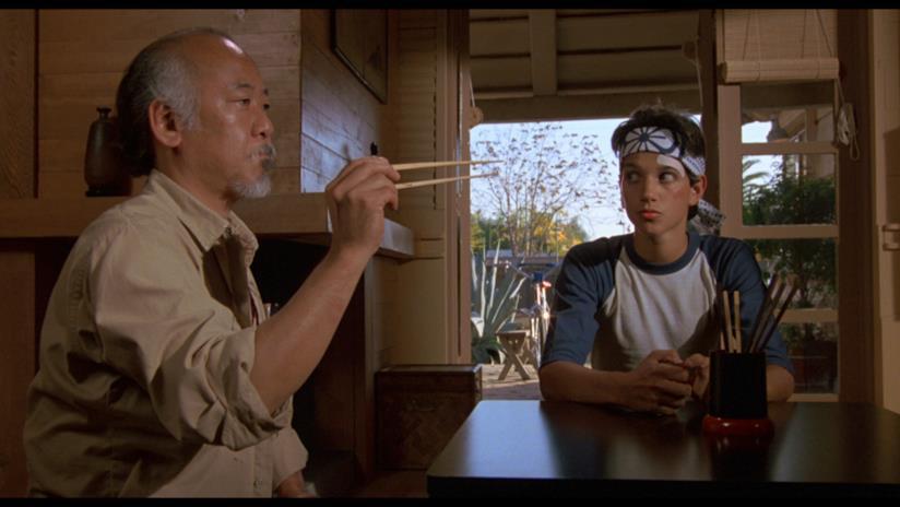 Ralph Macchio e Pat Morita in una scena di The Karate Kid