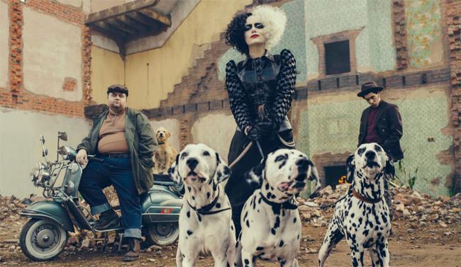 Emma Stone nel ruolo di Cruella