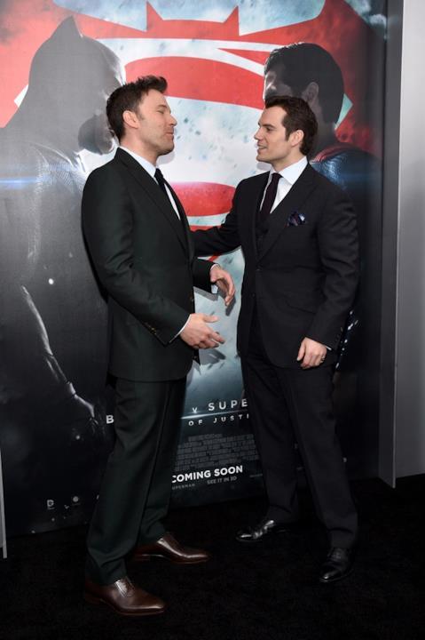 Ben Affleck e Henry Cavill indossano entrambi eleganti completi neri sul red carpet
