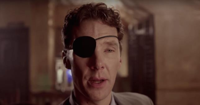 Primo piano di Benedict Cumberbatch con un occhio bendato in una scena della mini-serie