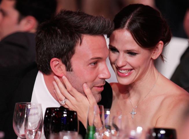 Primo piano di Ben Affleck e Jennifer Garner abbracciati