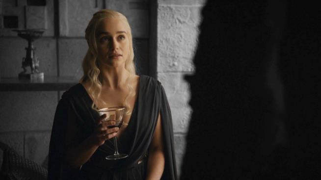 Daenerys in GoT 7 con bicchiere