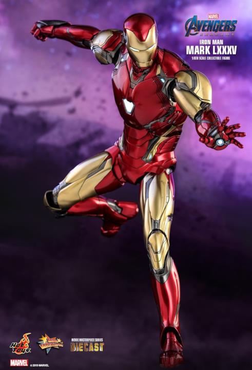 L'action figure di Iron Man pronta a sparare laser dalle mani aperte