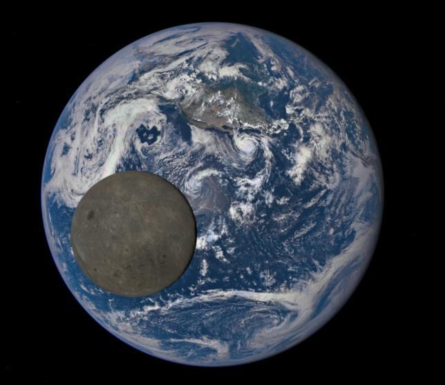 La Terra e la Luna in uno scatto diffuo dalla NASA