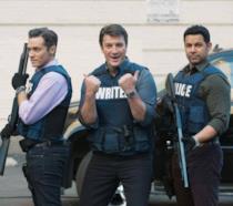 Seamsu Dever (sinistra), Nathan Fillion (centro) e Jon Huertas (destra) sul set di Castle