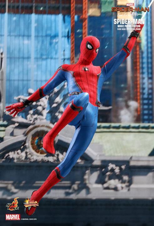 Spider-Man di Hot Toys volteggia da un palazzo all'altro