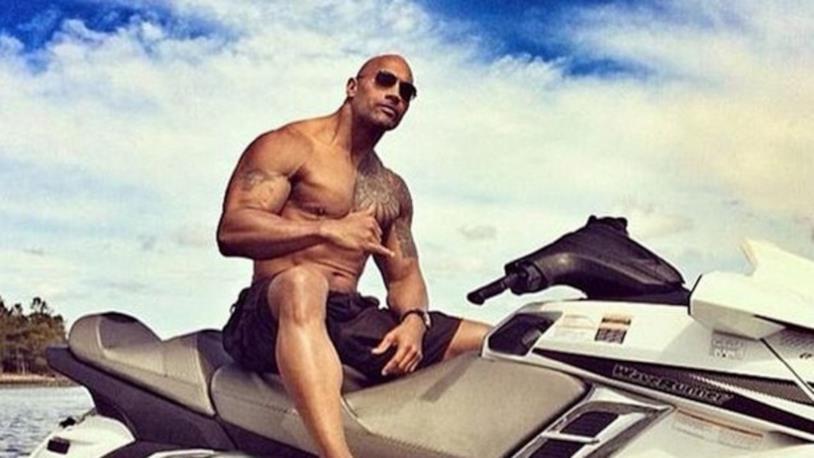Il wrestler in una scena del film Baywatch: The Rock si è scagliato contro i critici che lo hanno stroncato