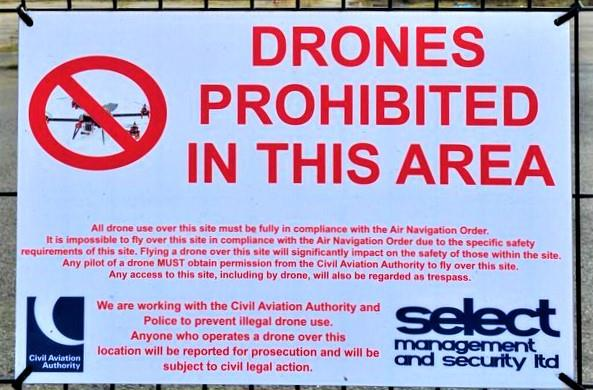 Il cartello anti-drone che campeggia intorno ai Paint Hall Studios di Belfast
