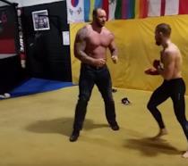Un fotogramma del video dell'incontro di allenamento tra la Montagna e McGregor