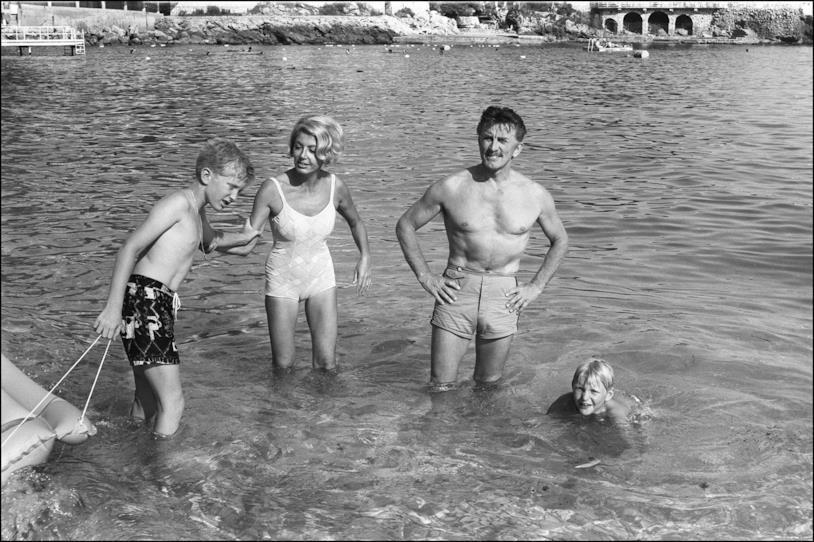 Kirk Douglas e Anne Buydens al mare con i figli piccoli