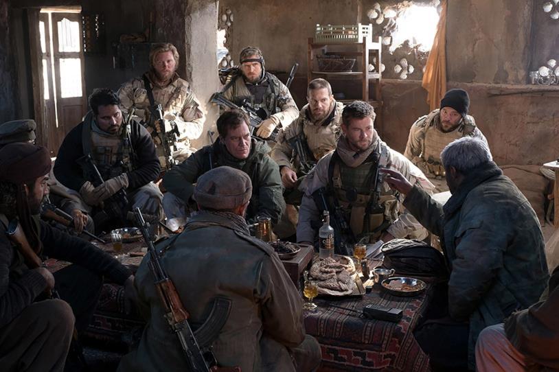 I protagonisti di 12 Soldiers incontrano i signori della guerra