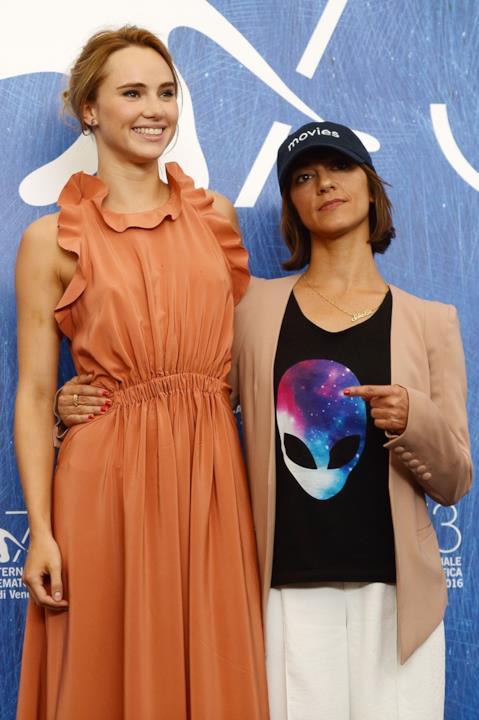 Suki Waterhouse  e  Ana Lily Amirpour alla Mostra del Cinema di Venezia 73