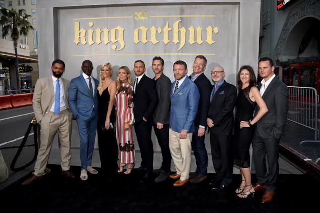 Guy Ritchie, Charlie Hunnam e il resto del cast di King Arthur - Il Potere della Spada posano per i fotografi