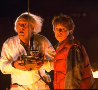 Michael J. Fox e Christopher Lloyd in una scena di Ritorno al futuro