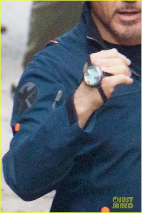 Strani dispositivi sulla mano di Tony Stark sul set di Avengers 4