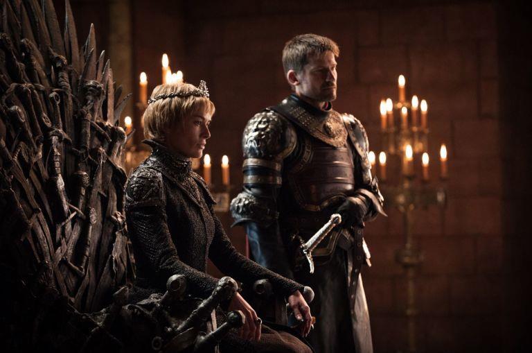 Cersei sul trono di spade e Jaime al suo fianco