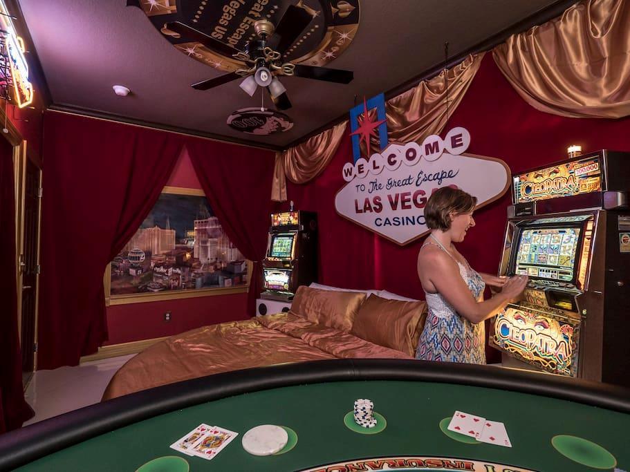 La stanza a tema Las Vegas con tanto di slot machine