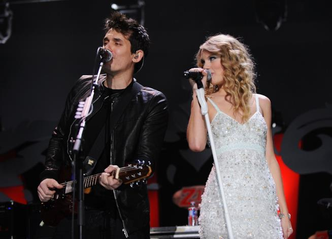 Primo piano di Taylor Swift e John Mayer sul palco