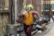 Joaquin Phoenix vestito da clown in una scena del film Joker