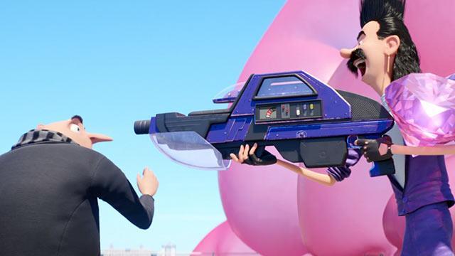 Balthazar Bratt minaccia Gru con un'arma dal design anni '80 in una scena di Cattivissimo Me 3