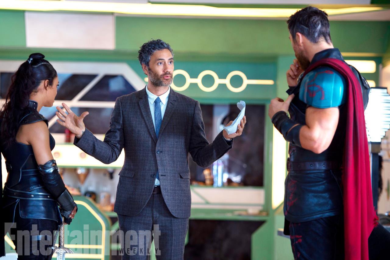 Thor: Ragnarok, il regista Taika Waititi spiega una scena a Chris Hemsworth e Tessa Thompson