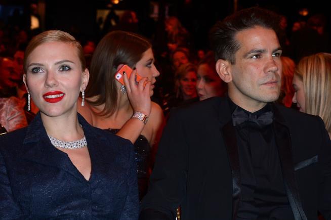 Primo piano di Scarlett Johansson e Romain Dauriac