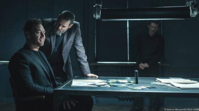 L'interrogatorio di Tadek allo scrittore Kozlow in una scena di Dark Crimes