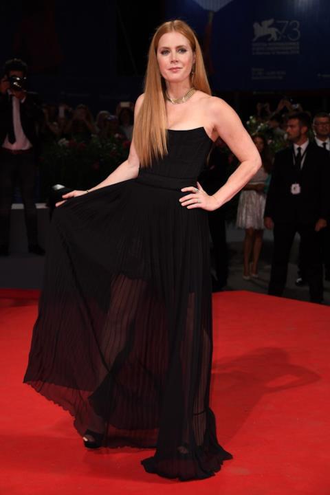 Amy Adams sfila sul red carpet del Festival di Venezia 2016