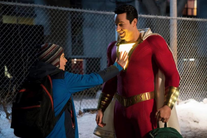 Freddie tocca il costume di Shazam!