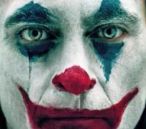 Un primissimo piano di Joaquin Phoenix nel film Joker
