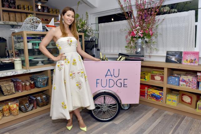 Jessica Biel posa per i fotografi all'inaugurazione del ristorante Au Fudge
