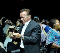 Arnold Schwarzenegger aggredito a un evento: lui sta bene e scherza sui social