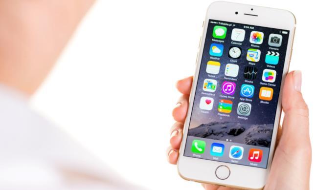 Un iPhone 6 di Apple nelle mani di un utente